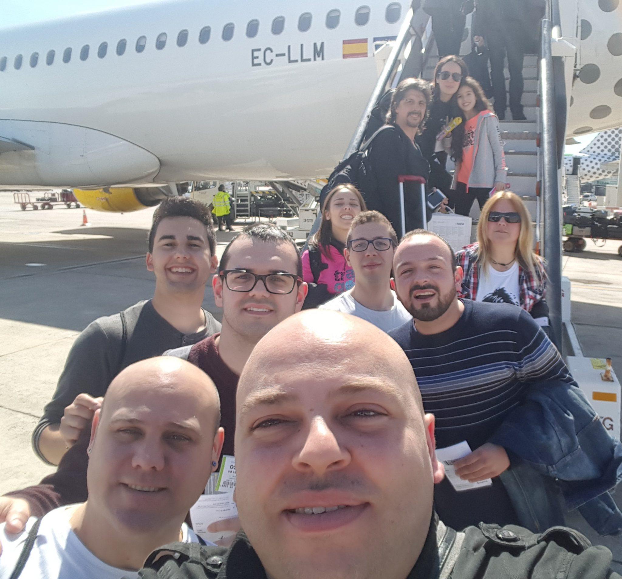 El Grupo de tambores de Albalate en avión hacia Roma