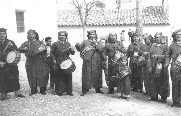 Cuadrilla de tamborileros en la Semana Santa de Calanda en 1947